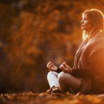 Skippa höstdeppen det här året! Fem yoga tips som gör dig frisk och glad i höst