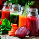 Ett hjärta av grönsaker, frukt och smoothies