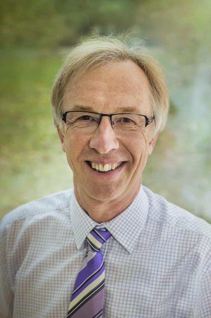 Portätt av chefsläkare Dr. Matejka som skriver om fastans helande effekt på hälsan.