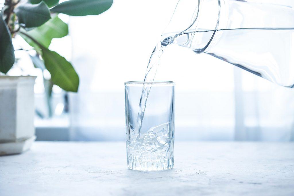 Ett glas vatten som hjälper med fastan för hälsan.