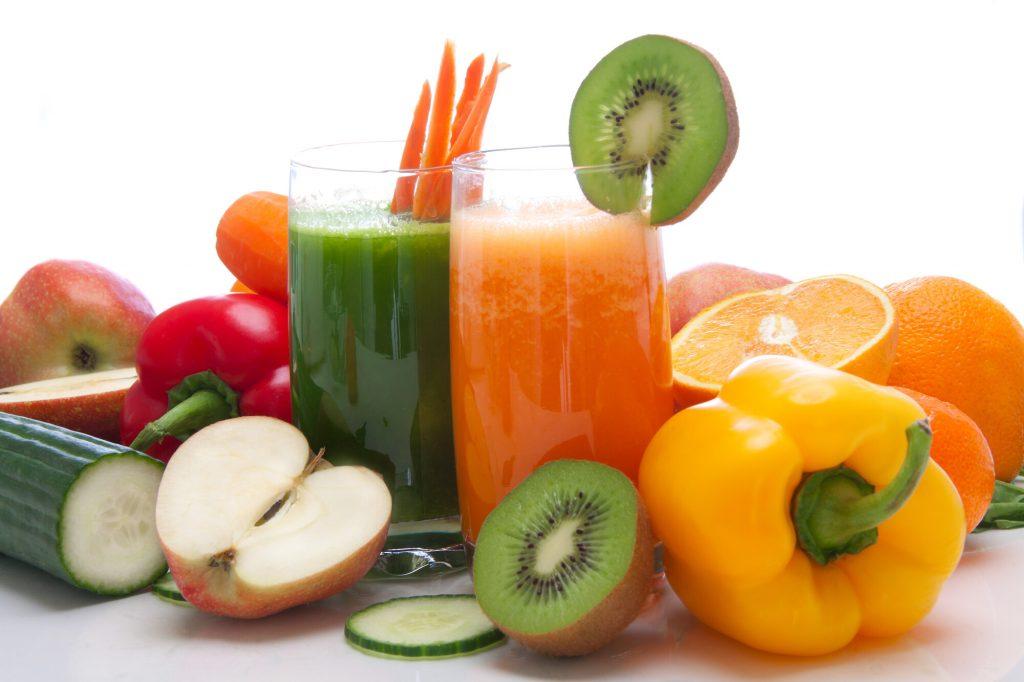 Fasta för hälsan med färska och frägglada frukt- och grönsaksjuicer.