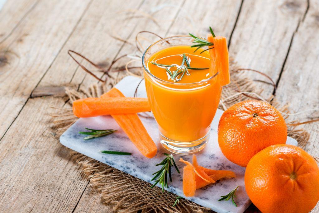 Fasta för hälsan - juice från morötter och mandariner med rosmarin