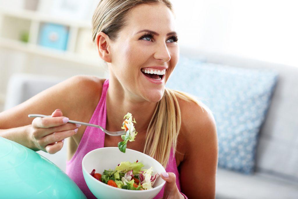 ung kvinna njuter av en pegan sallad