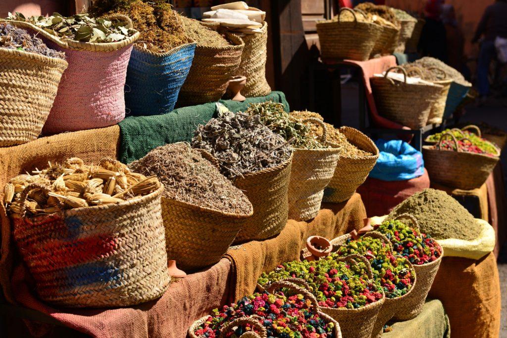 Flätade korgar med örter och kryddor för traditionell Ayurveda