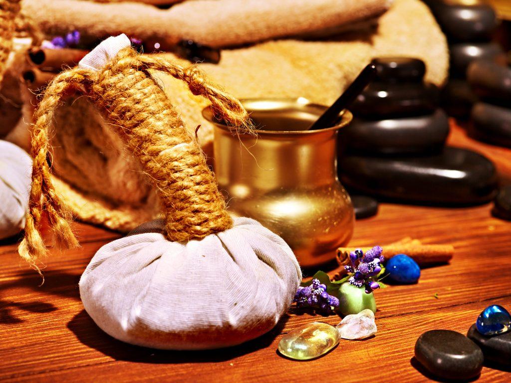 Örtstämpel, ädelsten, handukar, lavasten för en traditionell Ayurveda behandling